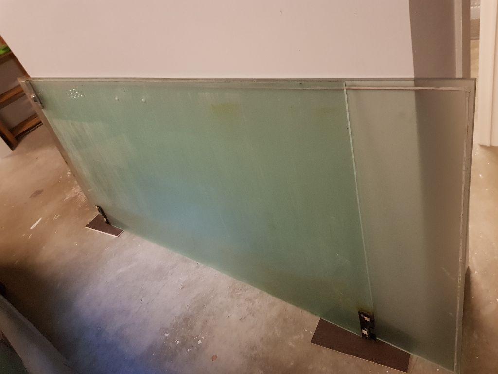 Glazen deur met pompsysteem en glazen wanden
