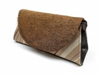 Handgemaakte clutch van koeienvacht en stof uit Peru