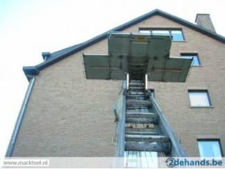 Dakpannen en Dakbedekking service  voor dakwerkers dakpannen met ladderlift naar bovern