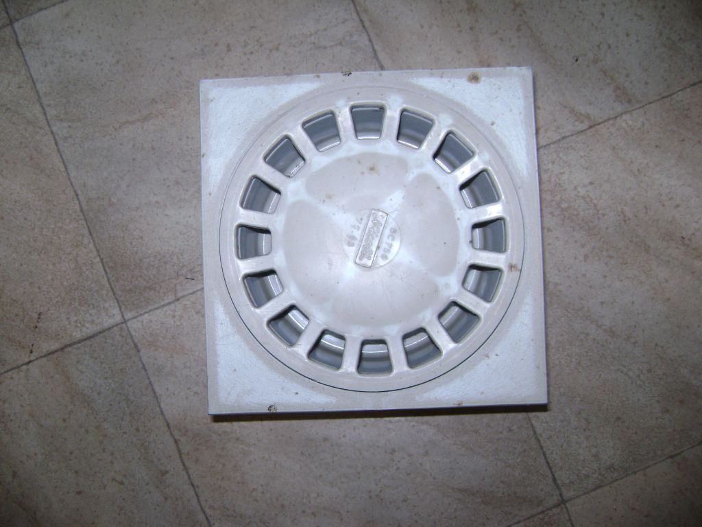Klokrooster in kunststof   afmeting : 20 x 20 cm.